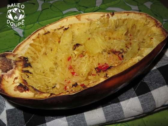 Hotová a promíchaná Špagetová dýně aglio olio peperoncino