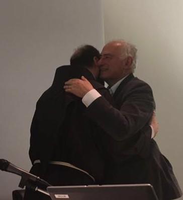 L'abbraccio tra Giorgio Buccellati e Padre Ibrahim Alsabagh dopo l'incontro del 15 giugno