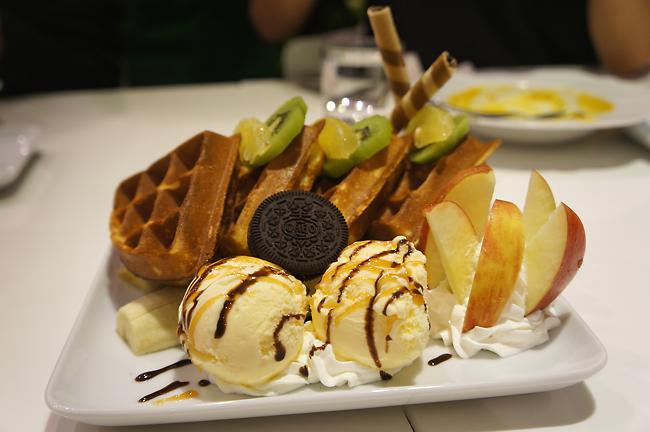 綜合水果冰淇淋鬆餅,後方有四塊鬆餅,前方有冰淇淋和水果...鬆餅蓬鬆,冰淇淋不會過甜,整體我覺得還不錯吃....份量喔!這一盤吃完我有飽足感...