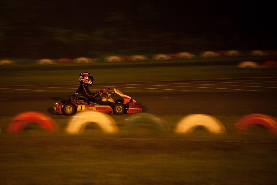 日が暮れてもレースは続きます(最後の耐久レースは90分間走り続けて周回数を競います)