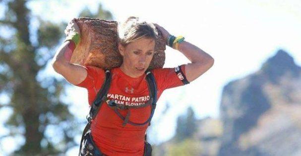 Typická súčasť Spartana - nosenie drevených klád.