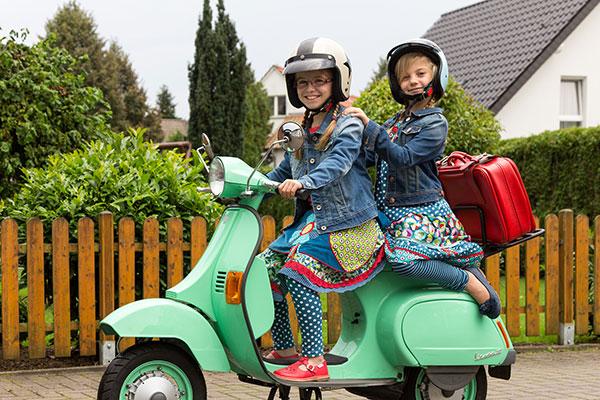 """<a href=""""http://lila-lotta.blogspot.de/2014/09/zwei-carlitos-roller-girls-on-tour.html"""" target=""""_blank"""">Lila-Lotta</a>"""
