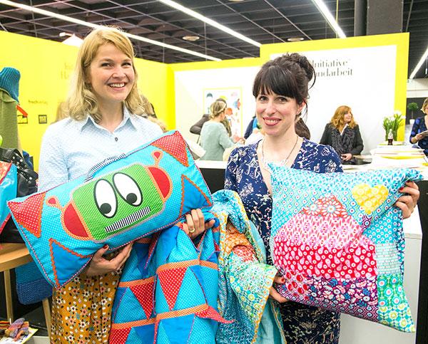 Swafing Designerinnen Cherry Picking und Jolijou mit ihren Modellen für den Tag der Handarbeit