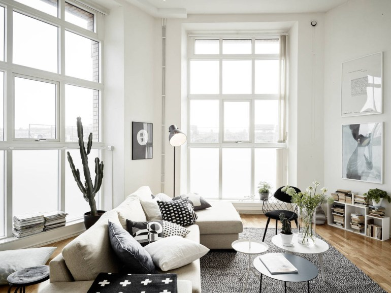 A maxi cactus in this beautiful apartment with very high ceilings - via Coco Lapine