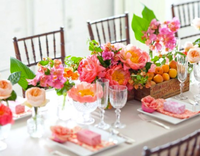 Floral Tablescape: http://betterdecoratingbible.com/