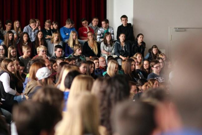 Volle Konzentration - rund 400 Schülerinnen und Schüler aus Hofgeismar verfolgen gebannt die Geschichte von Paul Ballmer