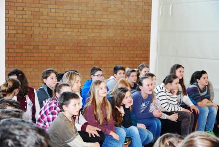 Gespannt folgen die Schülerinnen und Schüler der Lebensgeschichte von Johann