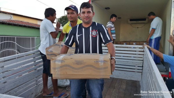 A logística de distribuição do peixe contou com a participação do Secretário de Educação Sidney Fonseca e também de Agricultura José Mário e colaboradores.