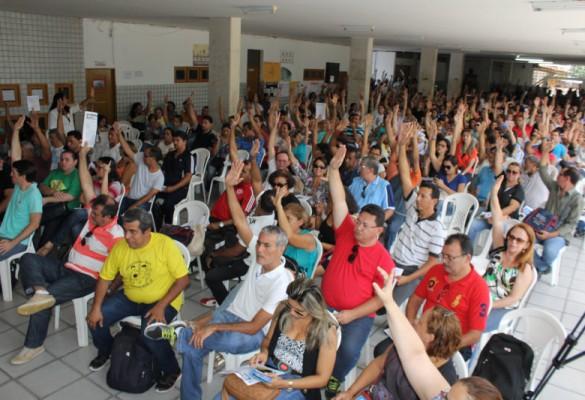 Professores aprovam indicativo de greve