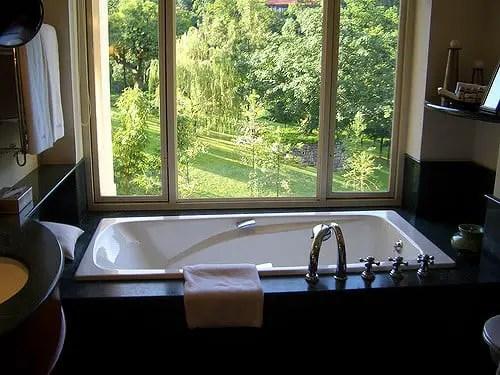cada de baie la fereastra spre gradina