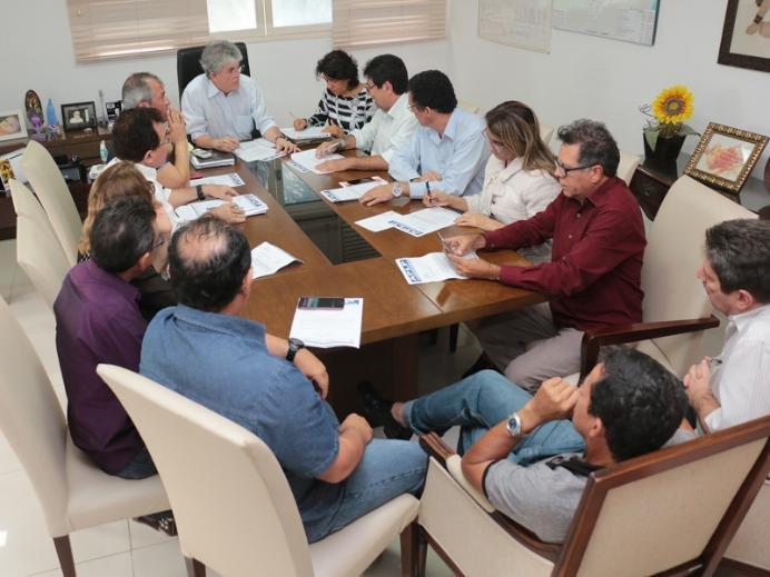 Ricardo concede reajuste do piso nacional para professores da ativa e aposentados