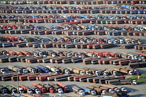 Faltam caminhões para escoar a safra de grãos 2010