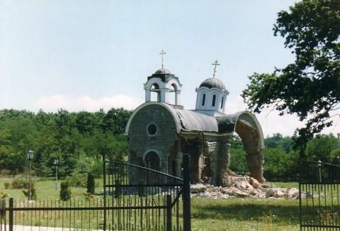 Разрушенная сербская церковь в Косове