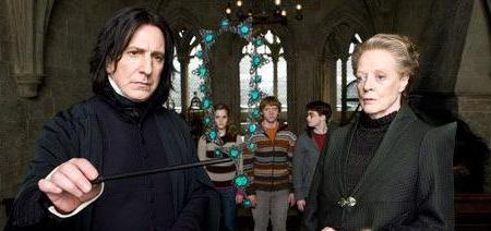 Snape manipulando el collar de Ópalos en HP6