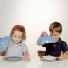 Como crianças reagem a pratos vazios ou cheios