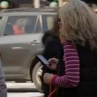 Serviço de guia para pedestres que não tiram os olhos do celular