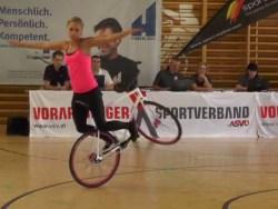 Artista russa faz manobras quase impossíveis equilibrada numa bicicleta