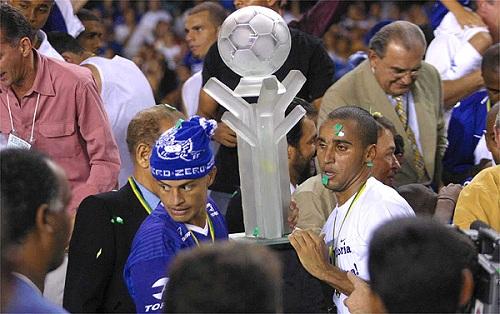 Cruzeiro festeja a Copa do Brasil de 2003, ano em que também levou a Série A. Foto: Estado de Minas
