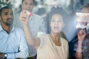 Em que os millennials contribuem para as equipes de trabalho?