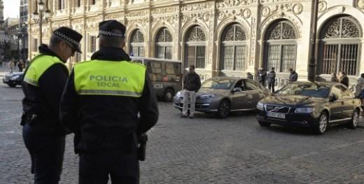 Los Municipales multan a los coches oficiales mal aparcados en la Plaza San Francisco