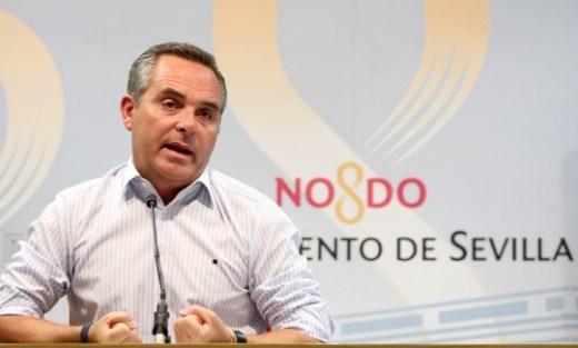 El delegado de Seguridad y Movilidad del Ayuntamiento de Sevilla, Juan Bueno, presenta la nueva propuesta de aparcamiento regulado por zona azul para la ciudad.