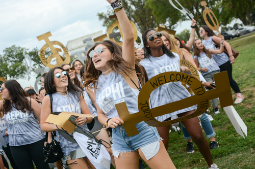 Members of Alpha Epsilon Phi cheer while awaiting their new members on the National Mall. Sam Hardgrove | Assistant Photo Editor