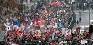 Thousands of Russians march against adoption ban