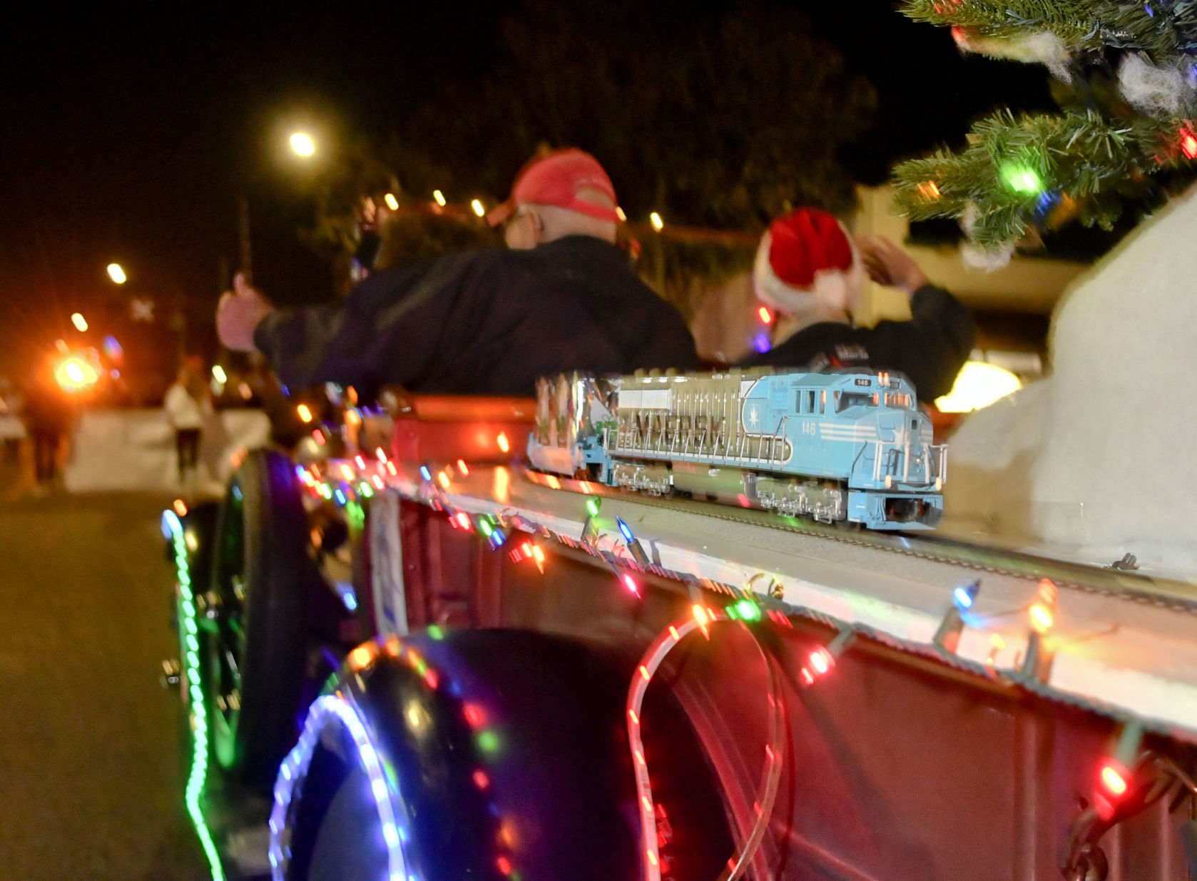 Jb's Holiday Lighting Photos Crowds Pack Broadway For Santa Maria S Parade Of Lights