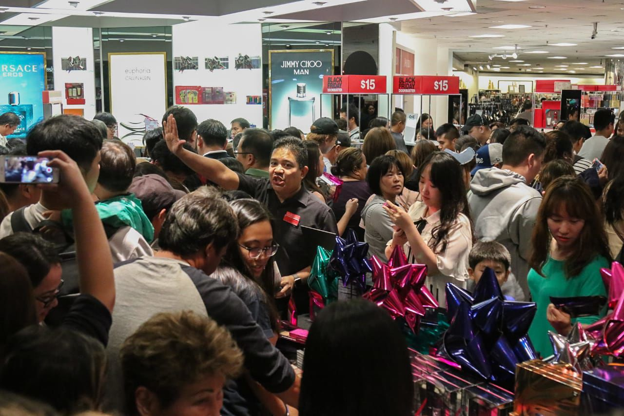Black Friday Shopping Hundreds Brave Rain For Black Friday Shopping Guam News