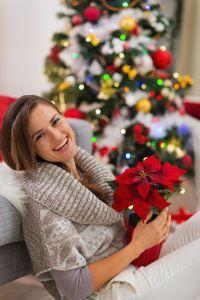 In der Weihnachtszeit sorgt nicht nur ein prachtvoll ge-schmückter Christbaum für weihnachtlichen Glanz und natürlich schöne Au-genblicke. Auch winterblühende Pflanzen wie der Weihnachtsstern, der Weihnachtskaktus, die Amaryllis oder die Christrose können den Betrachter mit ihren prachtvollen Farben in festliche Stimmung versetzen.(Bildnachweis: GMH)