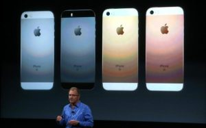93515738_CUPERTINO_CA_-_MARCH_21__Apple_VP_Greg_Joswiak_announces_the_new_iPhone_SE_during_an_Apple-large_trans++Ezw5OF8VsBey80ir11mphhWq8Htdp1Ec-14Bo0JRdII