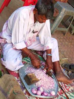 Eating Mumbai: Chopping onions at Chowpatty Beach.
