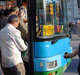 Istanbul pickpockets: A pickpocket in Istanbul works passengers as they board the bus.