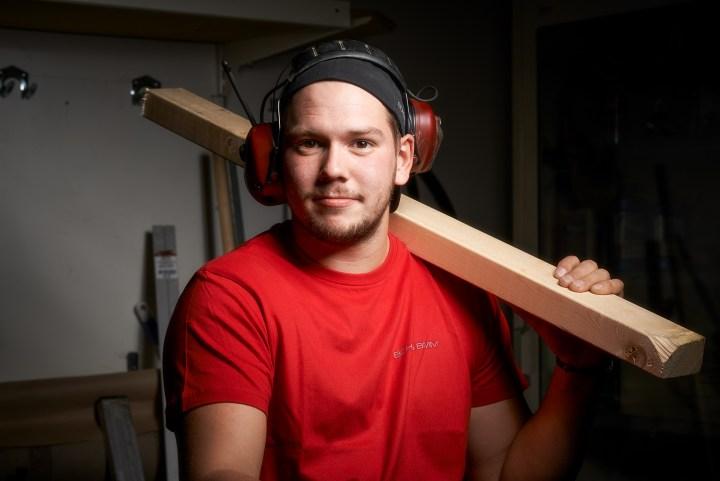 En bild av vår duktiga snickare Anton Häggström som arbetar hos oss på Bohlins BMM AB. Foto: Mat Richardson