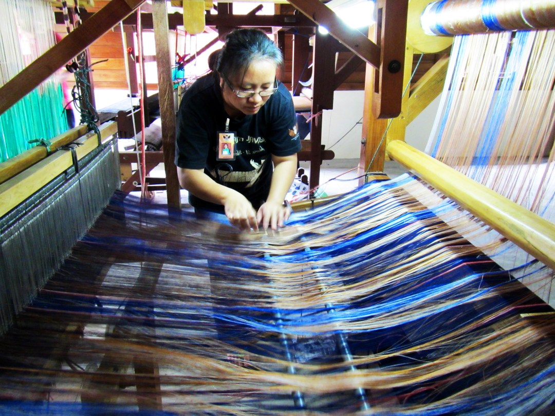 Weaving silk in North Sulawesi for boomervoice