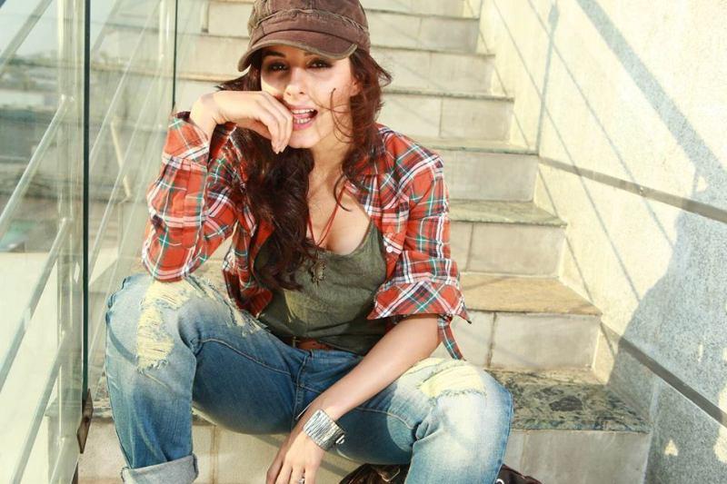 Laughing Girl Hd Wallpaper Isha Talwar The Actress Catches Eye Balls In Tubelight