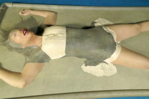VACBEDバキュームベッドで拘束されるJKとメイド。電マ責めや呼吸制御プレイで昇天する窒息プレイ動画