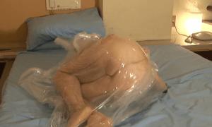 人間真空パックで呼吸制御され窒息状態の女