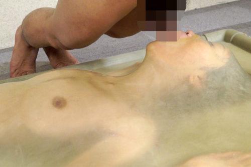 巨乳でスレンダーな女をバキュームベッドで拘束、呼吸制御プレイ、窒息状態の女に電マ責め さらに強制フェラ 呼吸口を塞ぎ窒息
