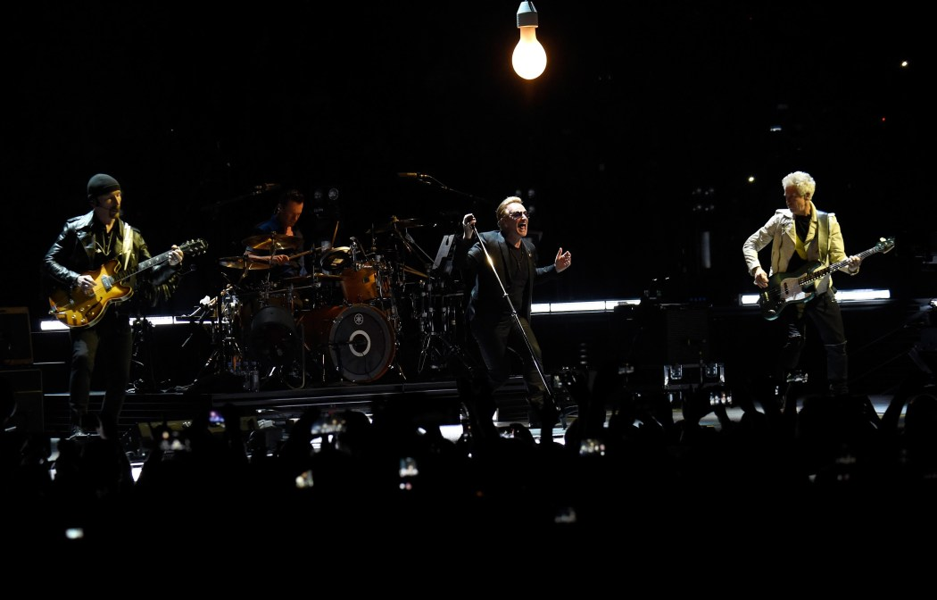 http://i0.wp.com/britnoise.net/wp-content/uploads/2016/04/2016-iHeartRadio-awards-u2.jpg?fit=1050%2C672
