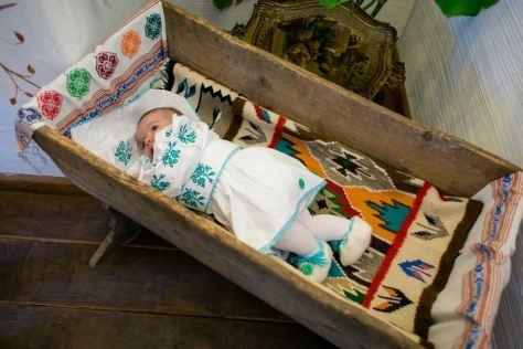 bebelus tinuta romaneasca