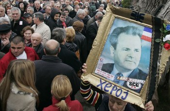 Supporters of Slobodan Milosevic wait in line to pay their respect at the former president's grave in Pozarevac March 10, 2007. © Marko Djurica / Reuters