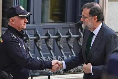 Mariano Rajoy saluda a un policía al arribar al Congreso de los Diputados