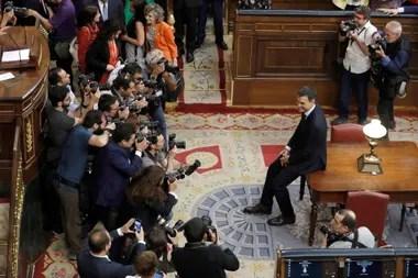 Sánchez, ayer, en el centro de la escena tras la destitución de Rajoy en el Congreso