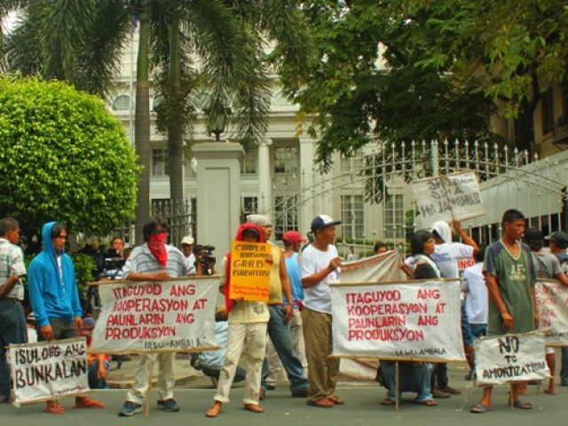 Outside the Supreme Court, farm workers criticize what they call as Aquino's deception on the issue of land distribution in Hacienda Luisita. (Photo by Ronalyn V. Olea / Bulatlat.com)
