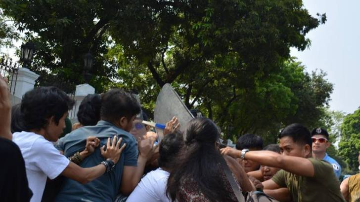 Youth groups storm Malacañang to protest tuition hike