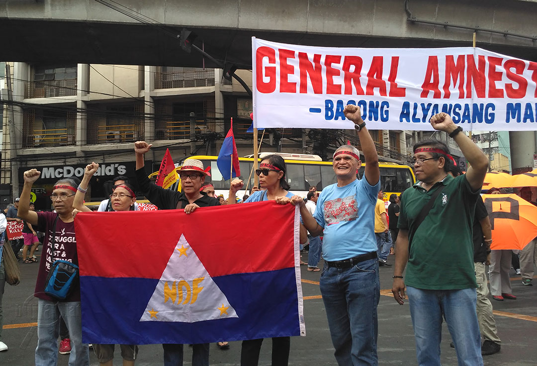 (L-R) NDFP peace consultants Ruben Saluta, Concha Araneta-Bocala, Renato Baleros, Loida Magpatoc and Jaime Soledad and recentaly released political prisoner Alex Birondo join the protest marking the 44th anniversary of the declaration of martial law. (Photo by Ronalyn V. Olea/ Bulatlat)