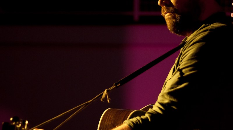 Scott Hutchison of Frightened Rabbit performing | photo courtesy of photopin user kDamo via Flickr Creative Commons