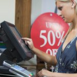 femme devant caisse enregistreuse et TPE