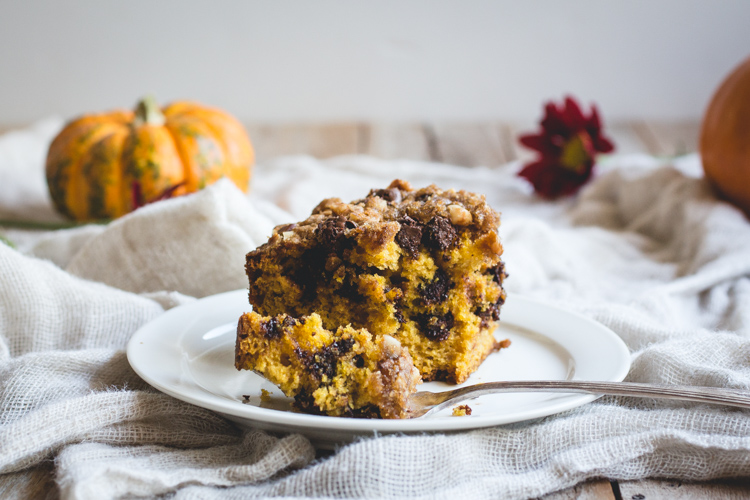 Pumpkin Crumble Cake -- a simple pumpkin & chocolate chip cake with a brown sugar, chocolate & walnut crumble! // butterlust.com @butterlustblog